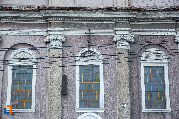 vitraliile-din-fata-de-la-biserica-invierea-domnului-1819-din-sebes-judetul-alba.jpg