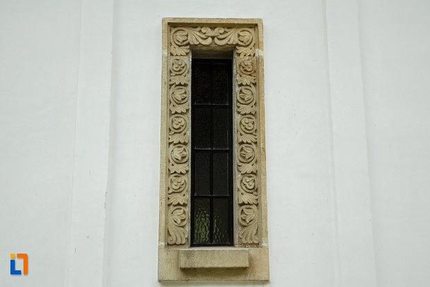 vitraliu-aflat-la-manastirea-turnu-din-pausa-judetul-valcea.jpg