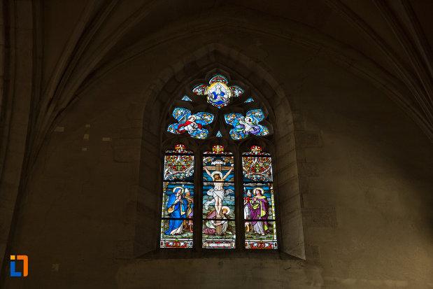 vitraliu-colorat-biserica-sfantul-mihail-din-cluj-napoca-judetul-cluj.jpg