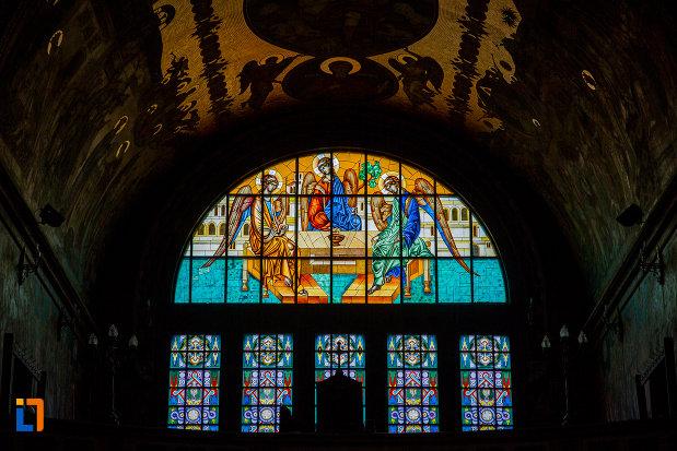 vitraliu-colorat-din-catedrala-mitropolitana-sf-treime-din-sibiu-judetul-sibiu.jpg