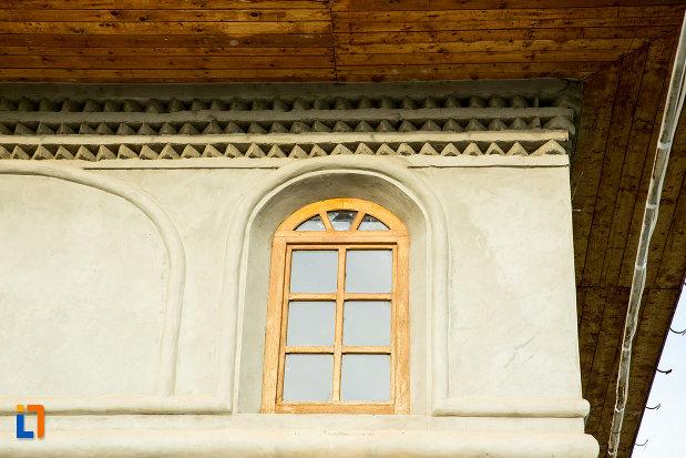 vitraliu-de-la-biserica-adormirea-maicii-domnului-din-draganesti-olt-judetul-olt.jpg