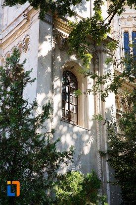 vitraliu-de-la-biserica-sf-apistoli-petru-si-pavel-sf-cuvioasa-paraschiva-din-braila-judetul-braila.jpg