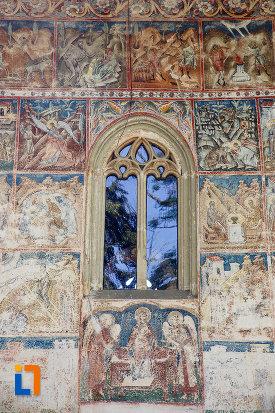 vitraliu-de-la-manastirea-voronet-judetul-suceava.jpg