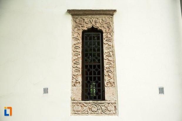 vitraliu-vazut-din-exterior-biserica-buna-din-buzau-judetul-buzau.jpg