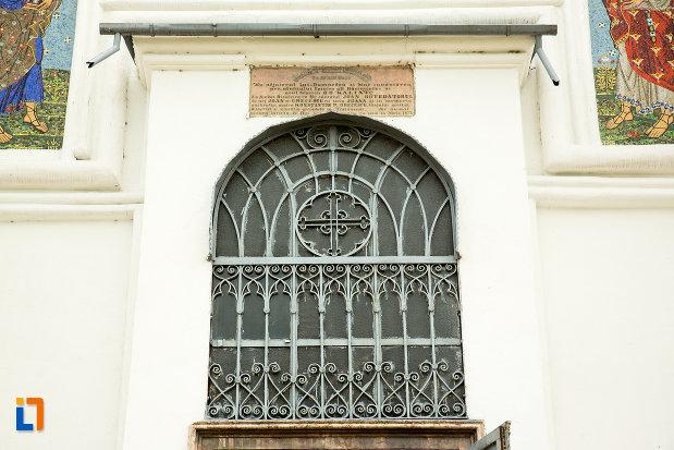 vitraliul-frontal-de-la-biserica-grecescu-din-drobeta-turnu-severin-judetul-mehedinti.jpg