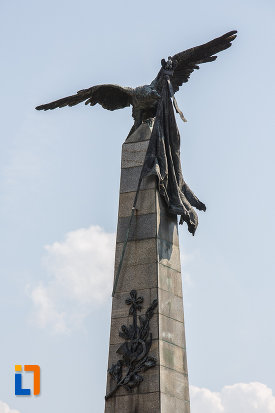 vultur-si-drapel-de-pe-monumentul-vanatorilor-din-razboiul-de-independenta-din-ploiesti-judetul-prahova.jpg