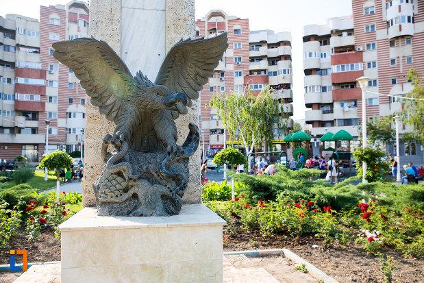 vulturul-de-la-monumentul-eroilor-din-navodari-judetul-constanta.jpg