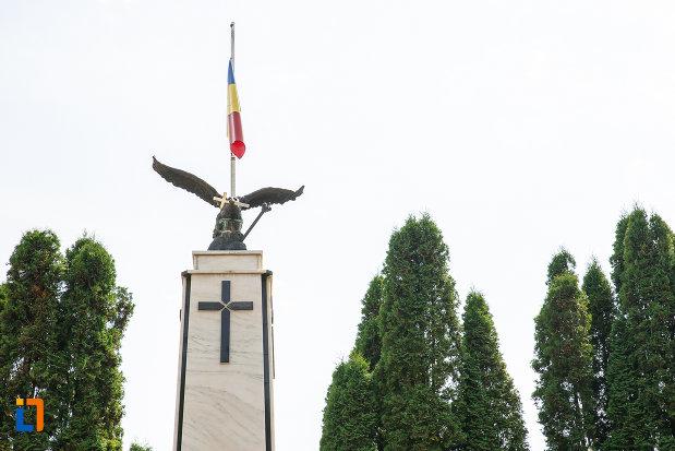 vulturul-de-pe-monumentul-eroilor-din-vatra-dornei-judetul-suceava.jpg