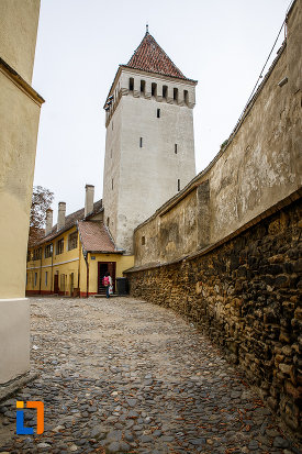 zid-de-incinta-de-la-biserica-evanghelica-sf-margareta-si-turnul-trompetilor-1488-din-medias-judetul-sibiu.jpg