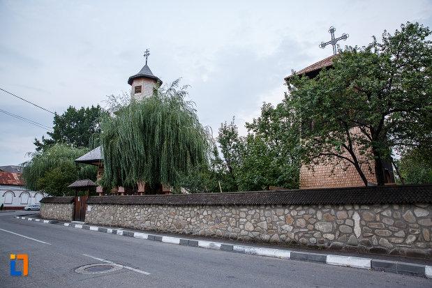 zid-de-incinta-de-la-biserica-intrarea-in-biserica-nica-filip-1808-din-valenii-de-munte-judetul-prahova.jpg
