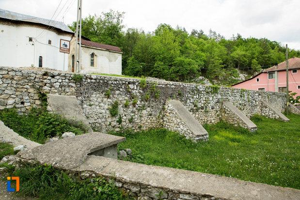 zid-de-incinta-de-la-manastirea-sf-voievozi-din-baia-de-arama-judetul-mehedinti.jpg
