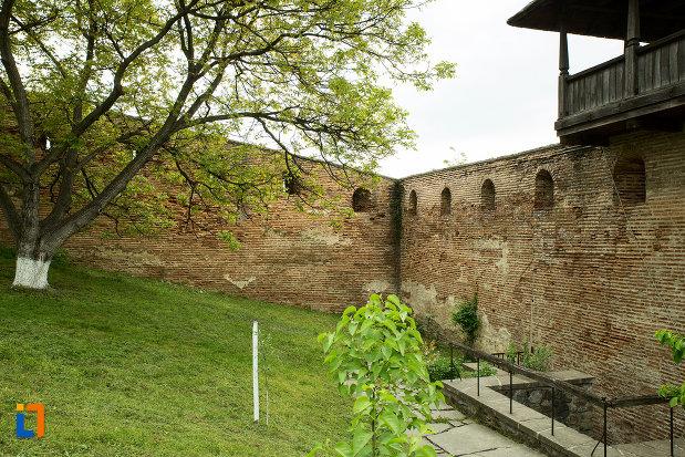 zid-de-incinta-de-la-manastirea-strehaia-judetul-mehedinti.jpg