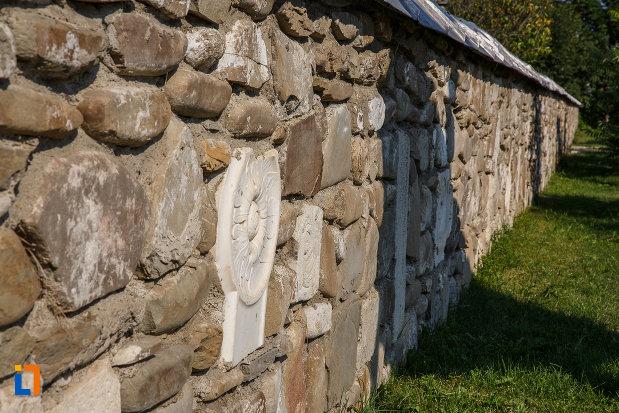 zid-de-piatra-de-la-biserica-adormirea-maicii-domnului-a-fostei-manastiri-valeni-1680-din-valenii-de-munte-judetul-prahova.jpg