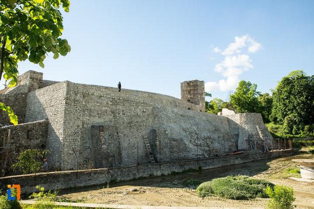 zid-de-piatra-de-la-cetatea-medievala-a-severinului-din-drobeta-turnu-severin-judetul-mehedinti.jpg