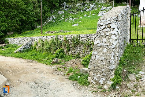 zid-de-piatra-de-la-manastirea-sf-voievozi-din-baia-de-arama-judetul-mehedinti.jpg