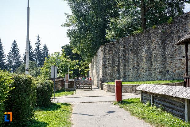 zid-de-piatra-de-la-manastirea-voronet-judetul-suceava.jpg
