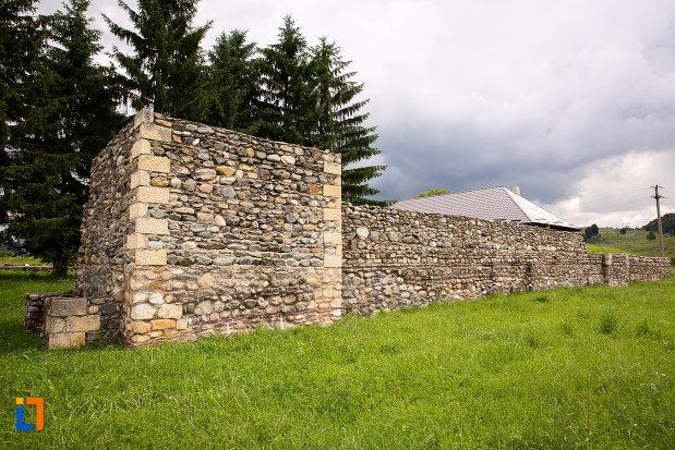 zid-din-piatra-de-la-castrul-roman-jidova-din-campulung-muscel-judetul-arges.jpg