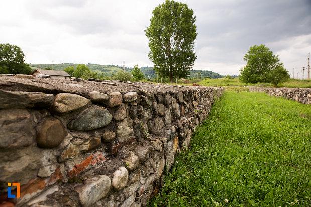 zid-din-piatra-din-incinta-castrului-roman-jidova-din-campulung-muscel-judetul-arges.jpg