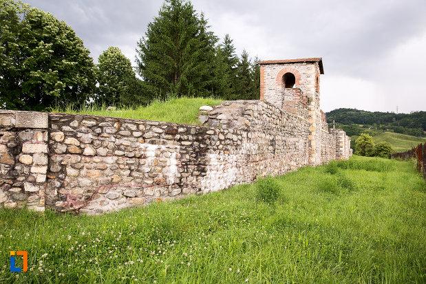 zid-din-piatra-si-turn-castrul-roman-jidova-din-campulung-muscel-judetul-arges.jpg