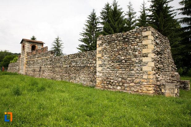 zid-si-turn-din-piatra-castrul-roman-jidova-din-campulung-muscel-judetul-arges.jpg