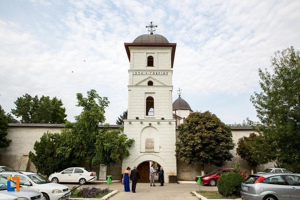 zidul-de-incinta-de-la-biserica-si-manastirea-sf-voievozi-din-slobozia-judetul-ialomita.jpg