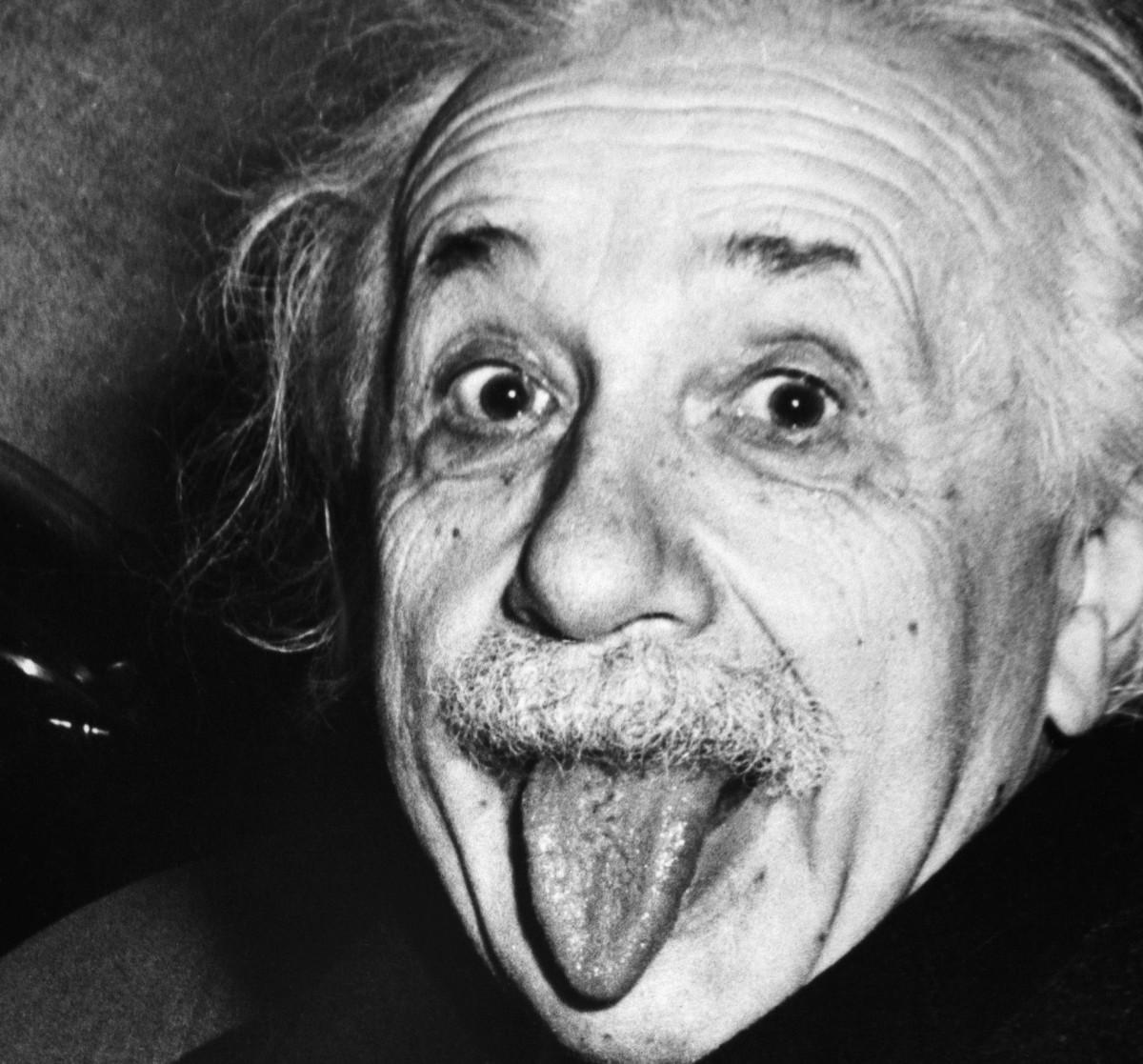 Einstein scotand limba la un fotograf