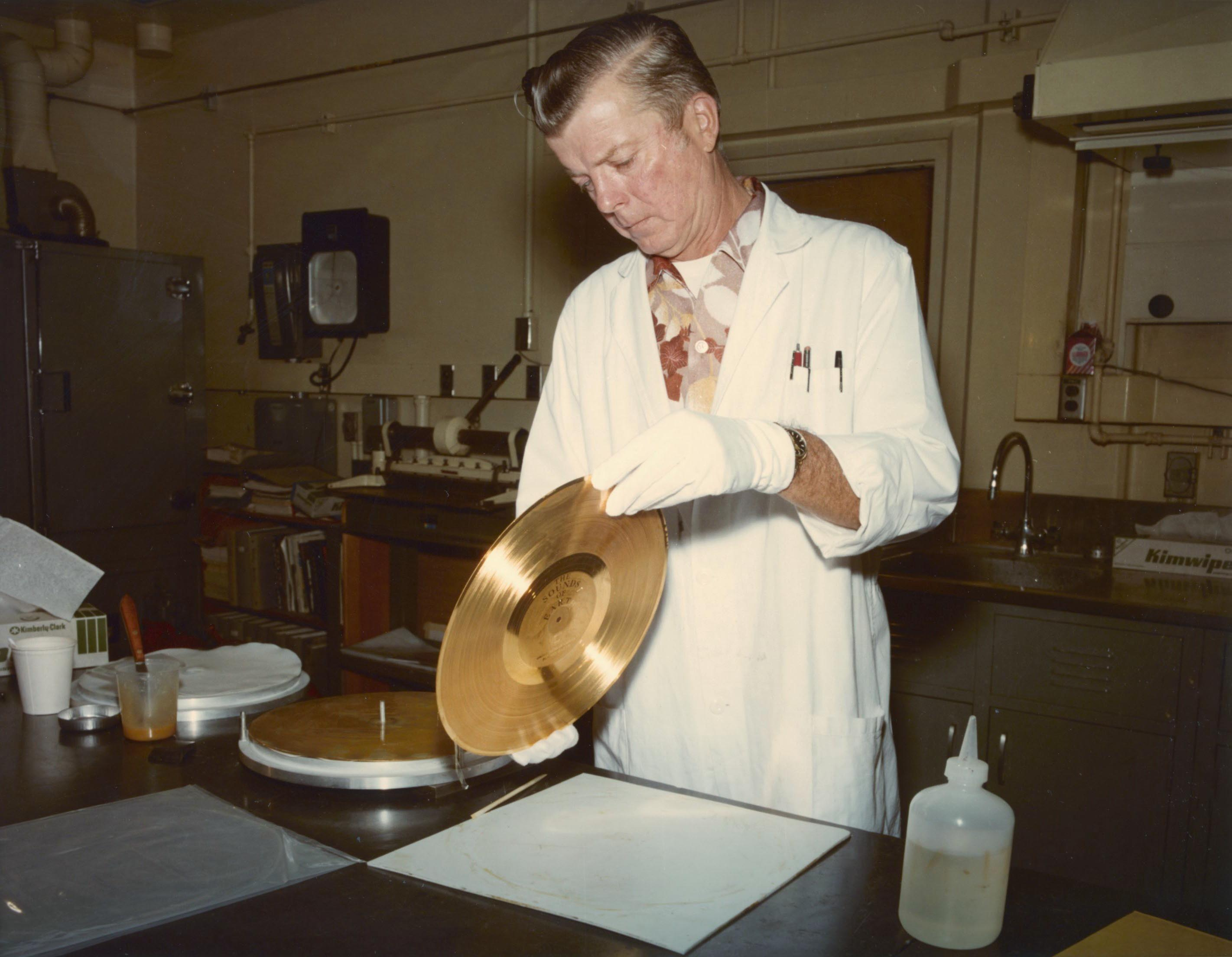 Discul aurit de pe Voyager in laboratoarele NASA