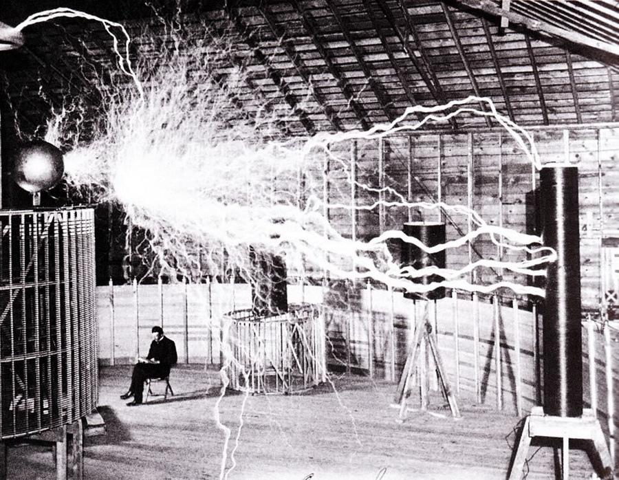 Nikola Tesla in laboratorul sau