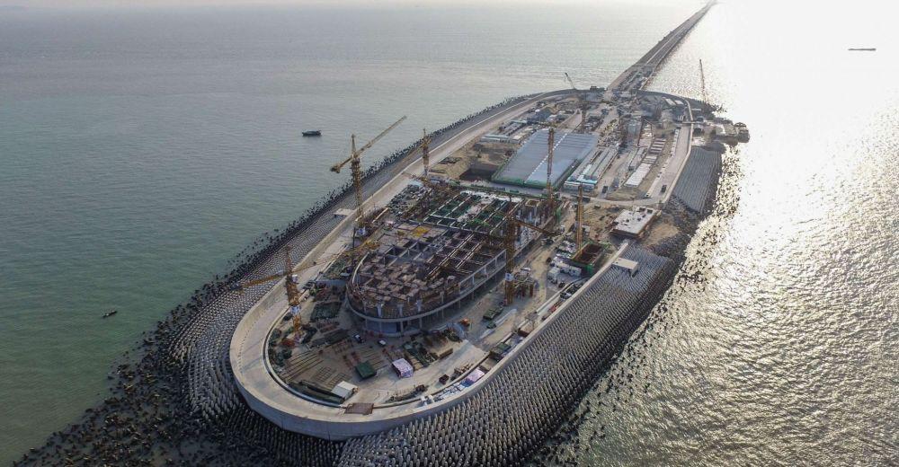 Una dintre insulele care sprijina cel mai lung pod maritim din lume si din care s-ar fi desprins blocuri de beton