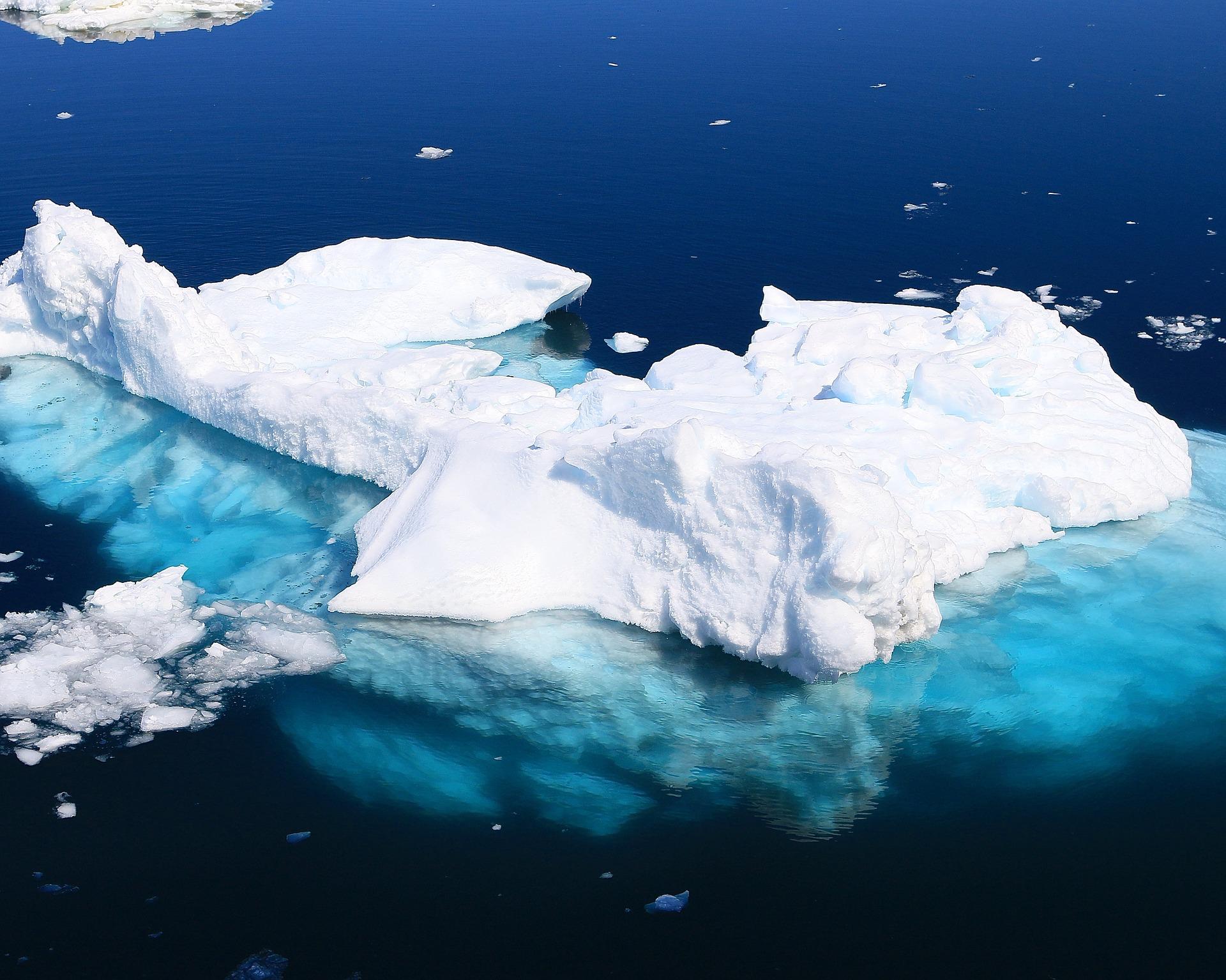 Zăpadă roşie in Antarctica, cel mai mare aisberg din lume în derivă