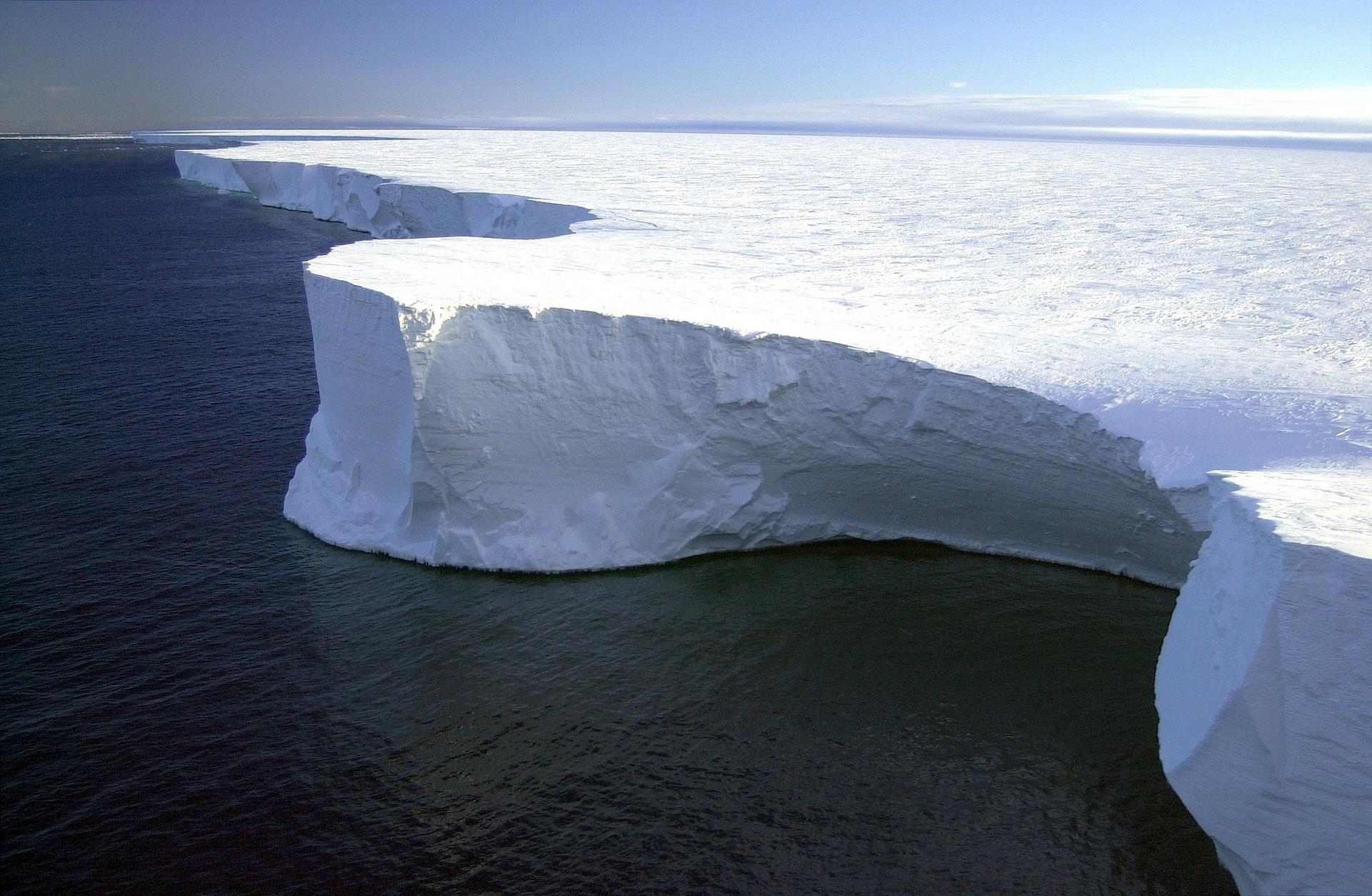 Antarctica, Zăpadă roşie in Antarctica, cel mai mare aisberg din lume în derivă