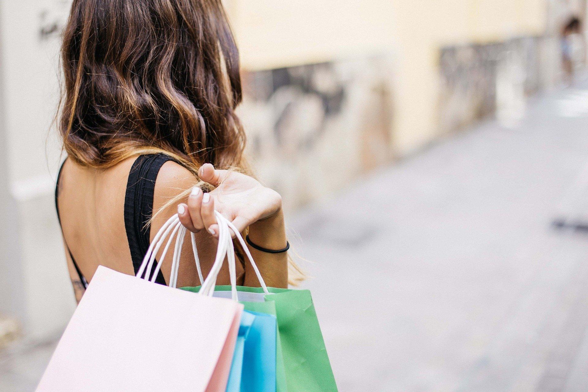 De ce cheltuim mai mult decât avem