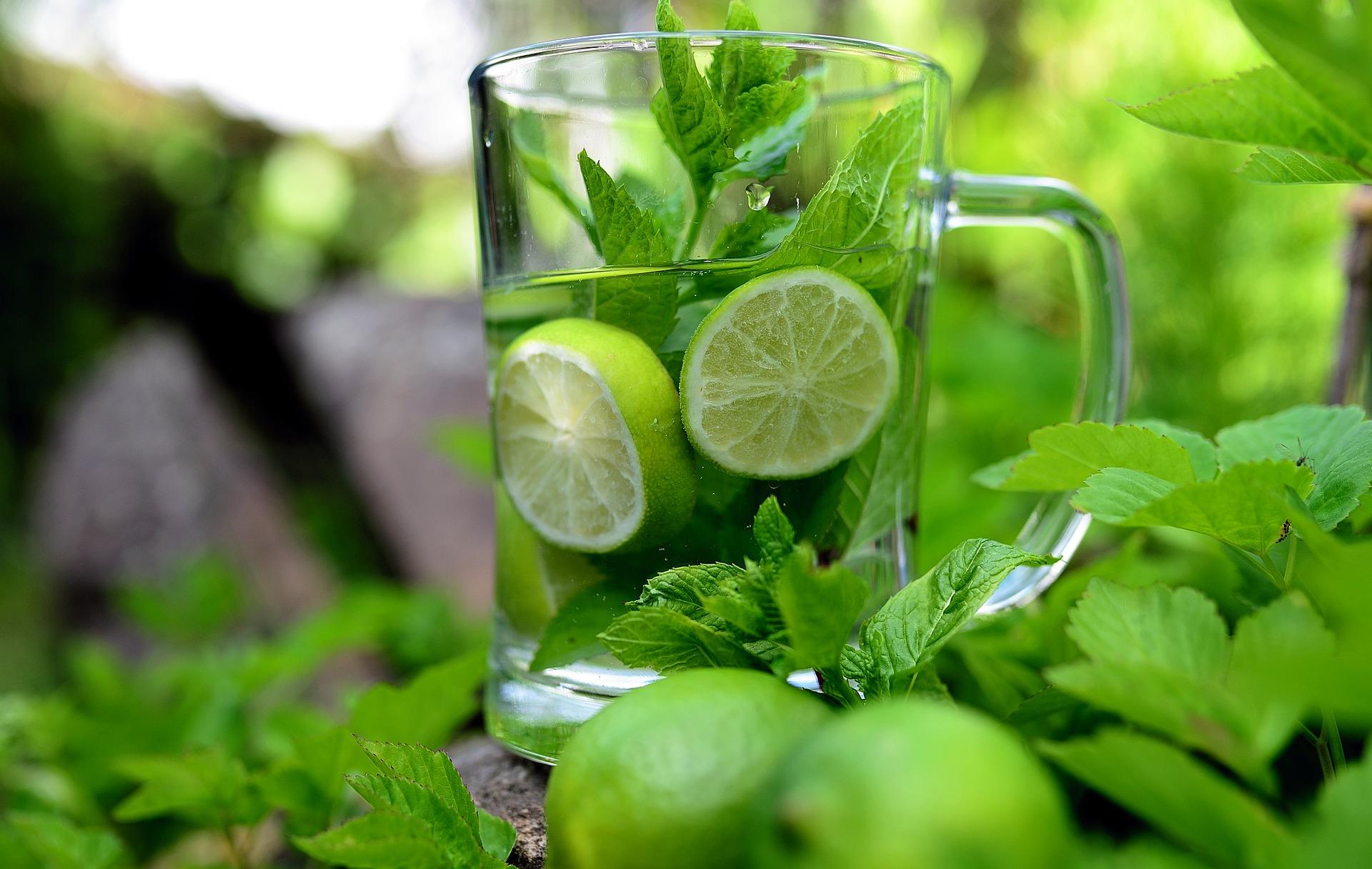 Hidratarea, arome de menta si lamaie