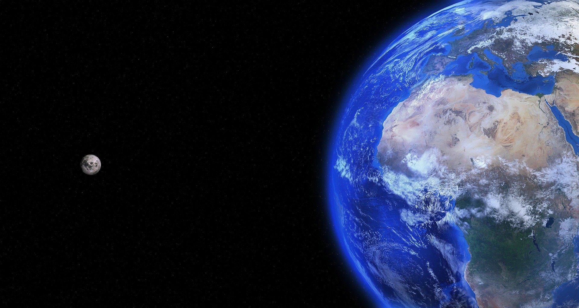 Terra si singurul sau satelit natural