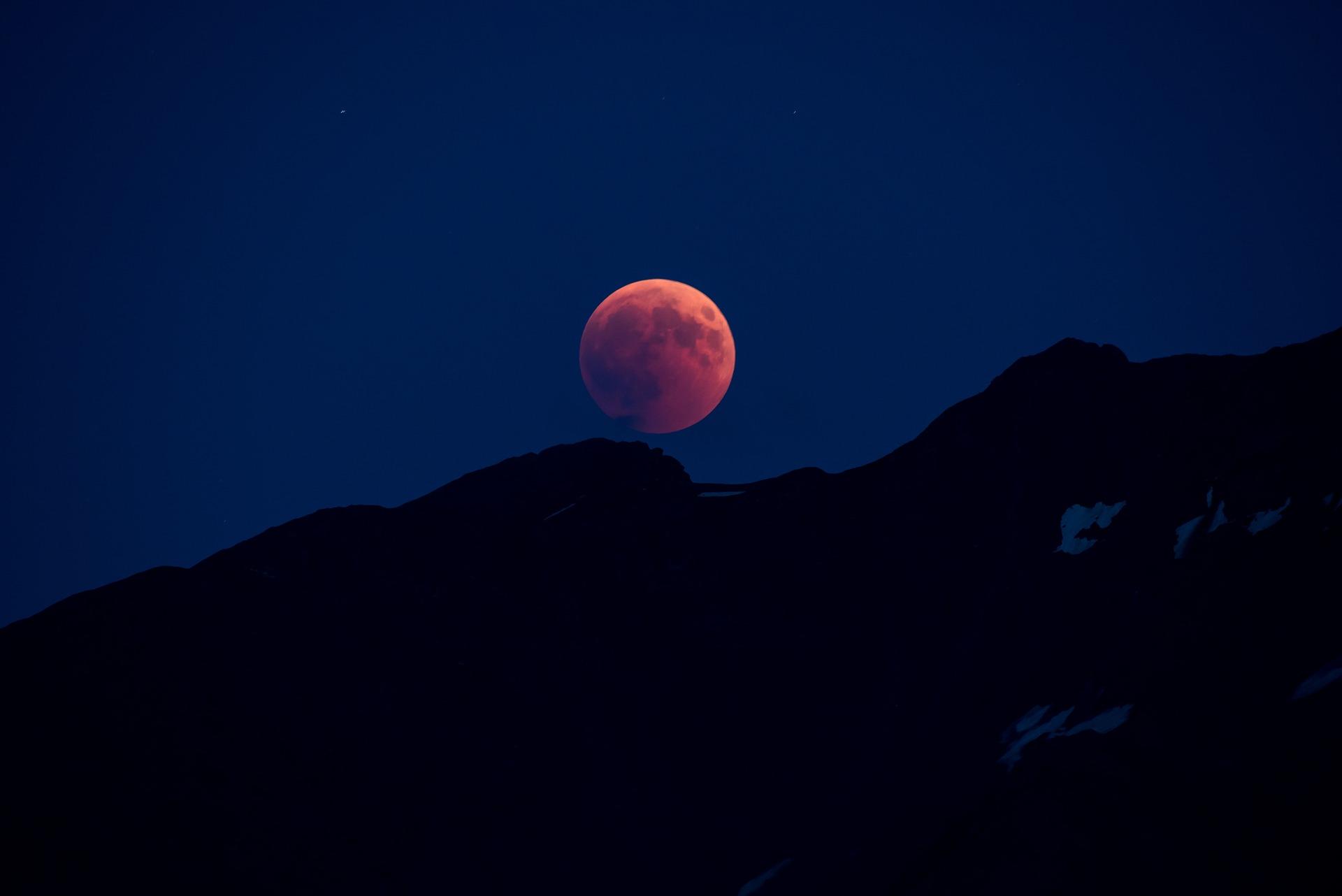Luna sângerie