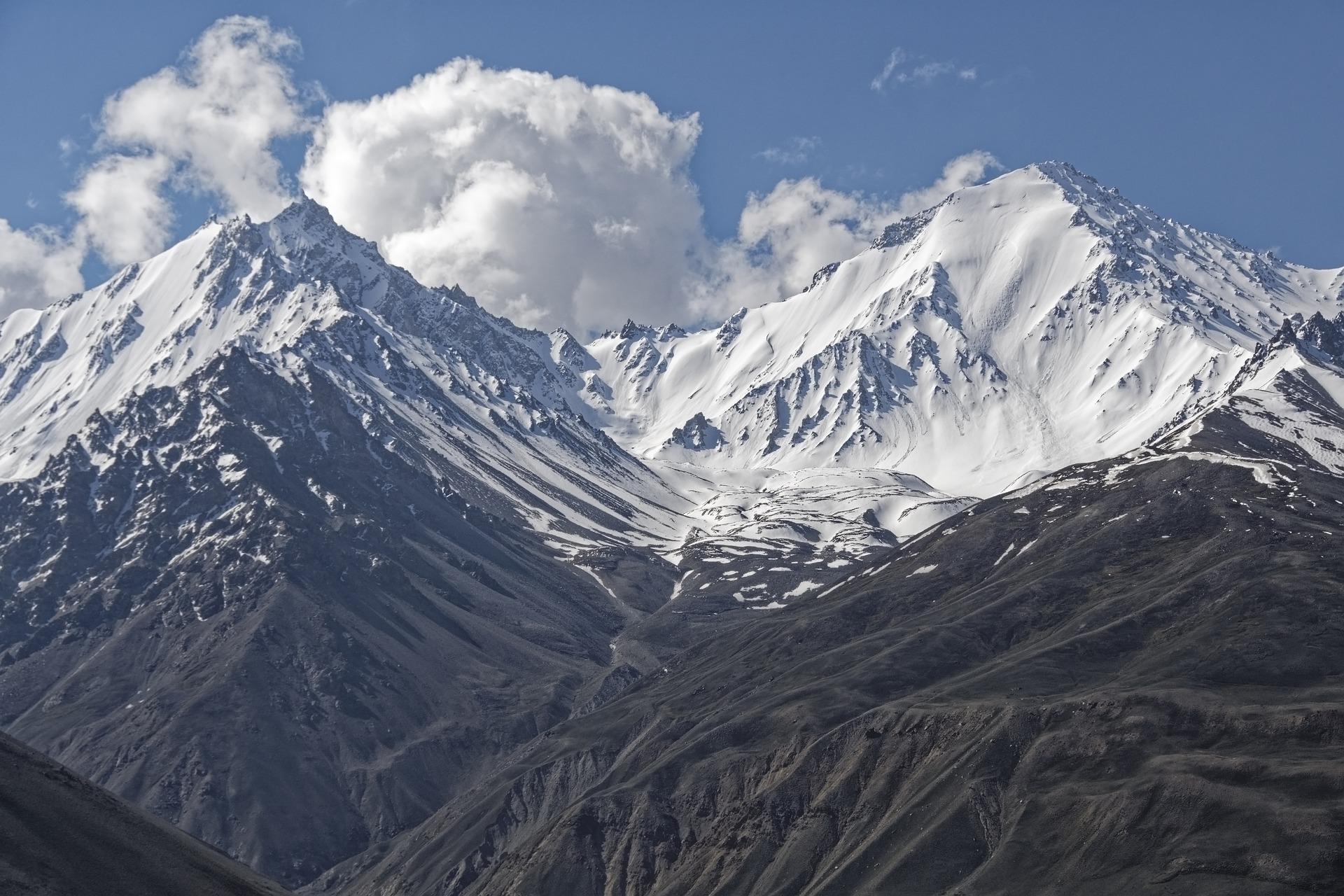 Trei romane inspirate din Afganistan, Si muntii au ecou